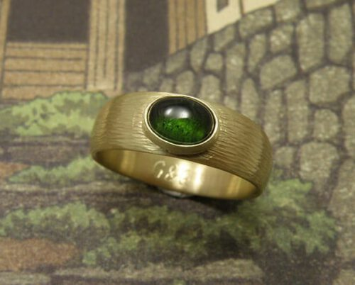 Ring Ritme, Stoere ring met hamerslag en groene toermalijn, van eigen oud goud vervaardigd. Ring Rhythm, sturdy ring with hammering and green tourmaline, created from heirloom gold. Oogst goudsmid Amsterdam