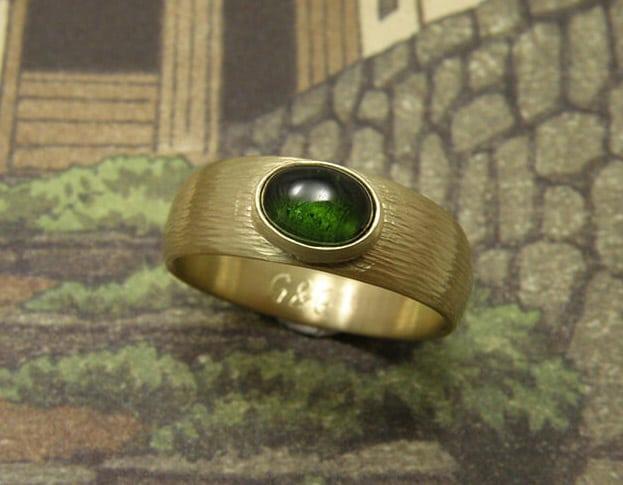 Ring Ritme, Stoere ring met hamerslag en groene toermalijn, van eigen oud goud vervaardigd. Ring Rhythm, sturdy ring with hammering and green tourmaline, created from heirloom gold. Oogst goudsmid Amsterdam