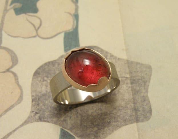 ring met rode toermalijn met roodgoud en witgoud. Rose golden and whitegolden ring with red tourmailne. Oogst goudsmeden Amsterdam.