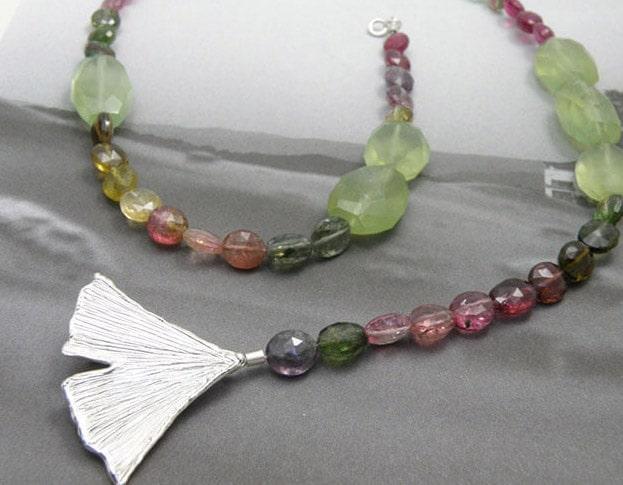 Toermalijn collier met zilveren ginkgo blad sluiting. Tourmaline necklace with a silver Ginkgo leaf clasp. Oogst ontwerp & creatie Amsterdam