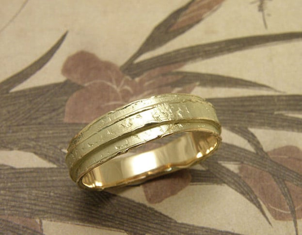 Trouwring Erosie, geelgouden gelaagde structuur. Oogst goudsmid Amsterdam. Yellow gold wedding ring Erosion, layered texture. Oogst goldsmith.
