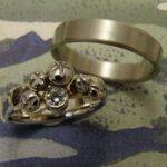 Trouwringen Besjes. Witgoud ring met besjes met diamant. White gold wedding bands. Oogst goudsmid Amsterdam
