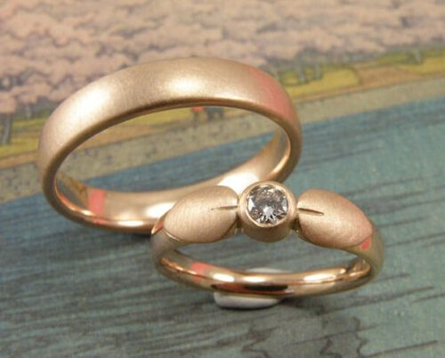 Trouwringen 'Blaadjes'. Roodgouden blaadjes met diamant. Roodgouden bolle ring. Wedding rings 'leafs'. Rose golden ring with leafs and diamond. rose golden ring. Uit het Oogst atelier Amsterdam.