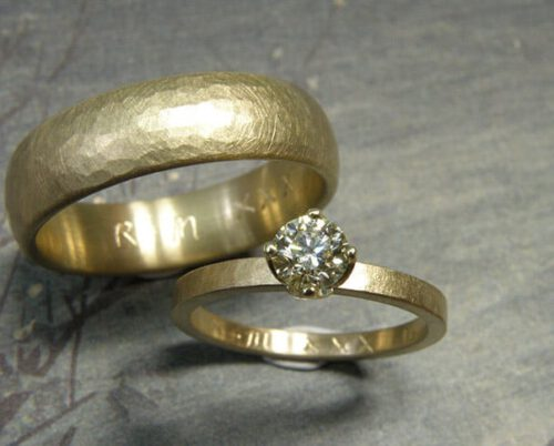 Trouwringen 'Ritme'. Ring met kussen hamerslag van eigen goud vervaardigd met diamant. Ring met kussen hamerslag van eigen goud vervaardigd. Wedding rings 'Rhythm'. Ring made from heirloom gold with hammering and diamond. Ring made from heirloom gold with hammering. Uit het Oogst atelier Amsterdam.