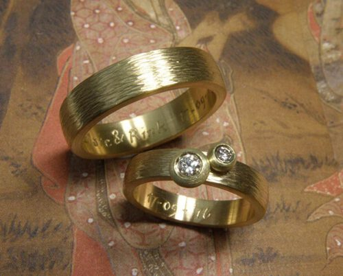 Trouwringen 'Ritme'. Geelgouden ring met hamerslag en diamanten. Geelgouden ring met hamerslag. Wedding rings 'Rhythm'. Yellow golden ring with hammering and diamonds. Yellow golden ring with hammering. Uit het Oogst atelier Amsterdam.