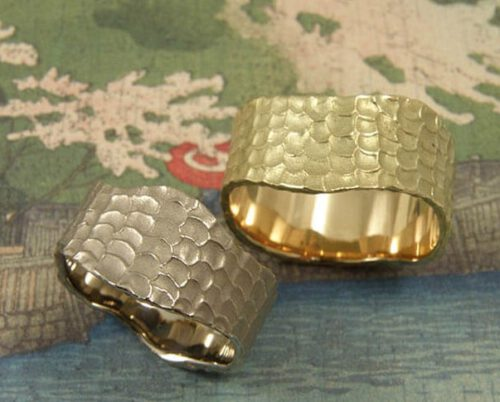 Trouwringen 'Deining'. Witgouden ring met structuur en geelgouden ring met structuur. Wedding rings 'Swell'. White golden ring with structure and yellow golden ring with structure. Oogst goudsmeden Amsterdam.