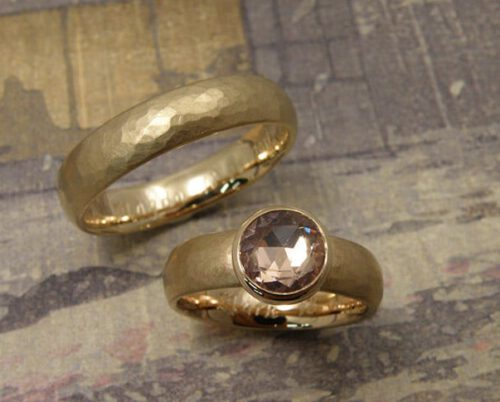 Trouwringen 'Ritme'. Ring met kussen hamerslag van eigen goud vervaardigd met roze saffier. Ring met kussen hamerslag van eigen goud vervaardigd. Wedding rings 'Rhythm'. Ring from heirloom gold with hammering and pink sapphire. Ring from heirloom gold with hammering. Oogst goudsmeden Amsterdam.