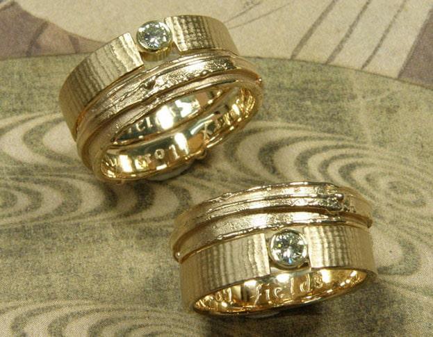 Trouwringen gemaakt van oud goud. Ringen met erosie en linnen structuur met diamant.