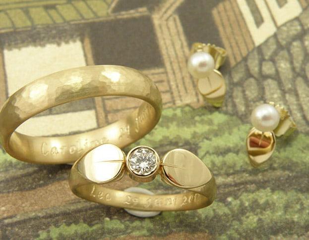 Trouwringen Ritme met hamerslag en blaadjes met diamant, van eigen oud goud vervaardigd. Wedding rings Rhythm, with hammering, leafs and diamond. Created from own heirloom gold. Oogst goudsmid Amsterdam