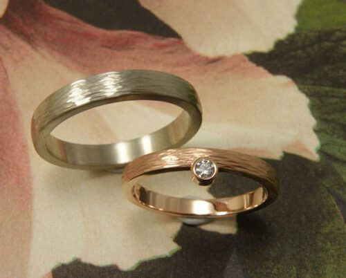 Trouwringen met hamerslag. Roodgouden ring met diamant. Witgouden ring. Oogst goudsmid Amsterdam. Hand made wedding bands with hammering. Rose gold ring with diamond. White gold ring.