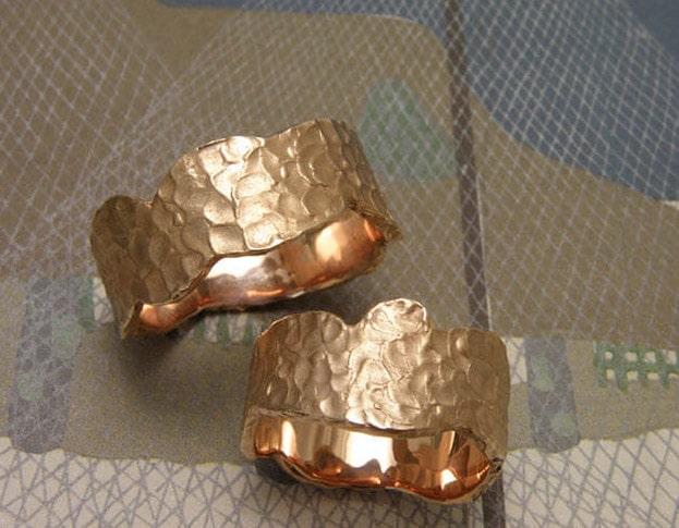 Trouwringen 'Deining'. Roodgouden golvende ringen met structuur. Wedding rings 'Swell'. Rose golden wavy rings with structure. Uit het Oogst atelier Amsterdam.