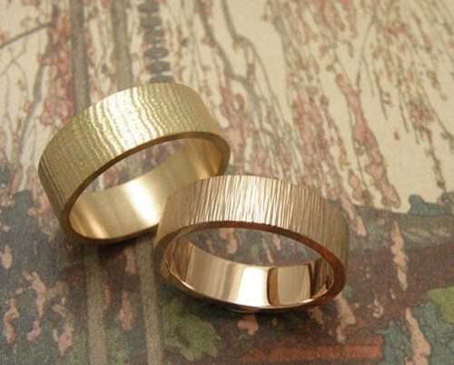 Trouwringen 'Linnen' en 'Ritme'. Roségouden ring met linnenstructuur en roodgouden ring met hamerslag. Wedding rings 'Linnen' & 'Rhythm'. Rose golden ring with linnen texture and rose golden ring with hammering. Uit het Oogst atelier Amsterdam.