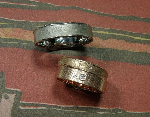 Trouwringen met structuur, organische erosie ringen en linnen ring met diamant.