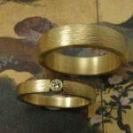 Trouwringen 'Ritme'. Geelgouden ring met diamant. Geelgouden ring. Wedding rings 'Rhythm'. Yellow golden ring with diamond. Yellow golden ring. Oogst goudsmeden Amsterdam.