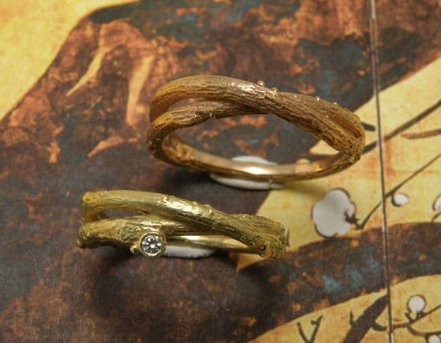Trouwringen Boomgaard. Geelgouden takje ring met diamant. Geelgouden trouwringen. Oogst goudsmid Amsterdam. Hand made wedding bands Orchard. Yellow gold twig ring with diamond. Yellow gold wedding rings.