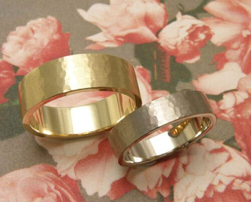 Trouwringen 'Ritme'. Witgouden vlakke ring met fijne hamerslag. Geelgouden vlakke ring met fijne hamerslag. Wedding rings 'Rhythm'. White golden flat ring with fine hammering. Yellow golden flat ring with fine hammering. Oogst goudsmeden Amsterdam.