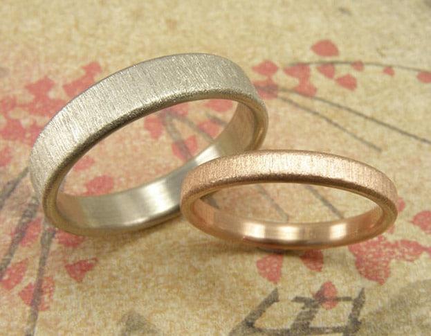 Wedding bands white gold and rose gold stripey matt finish. Oogst goldsmith Amsterdam.