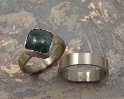 Trouwringen 'Eenvoud'. Witgouden ring met een petrol toermalijn. Palladium ring. Wedding rings 'Simplicity'. White golden ring with a petrol tourmaline. Palladium ring. Oogst goudsmeden Amsterdam.