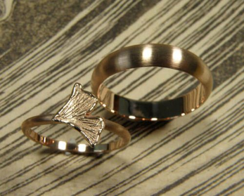 Trouwringen 'Eenvoud'. Roodgouden ring met ginkgo blaadje en roodgouden ring. Wedding rings 'Simplicity'. Rose golden ring with ginkgo leaf and rose golden ring. Oogst goudsmeden Amsterdam.