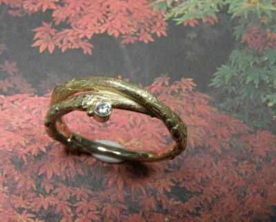 ring 'boomgaard' met takjes en diamant. Ring 'orchard' with twigs and diamond. Uit het Oogst atelier Amsterdam.