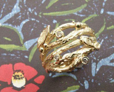 Geelgouden brede twijgjesring. Yellow golden ring with twigs. Uit het Oogst atelier Amsterdam.