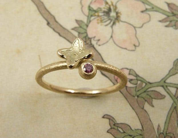 Verlovingsring 'In bloei'. Geelgouden ring met bol, 0,04 crt roze diamant met een bloemetje. Engagement ring 'In bloom'. Yellow golden ring with sphere, 0,04 crt pink diamond and a flower. Oogst goudsmeden Amsterdam.