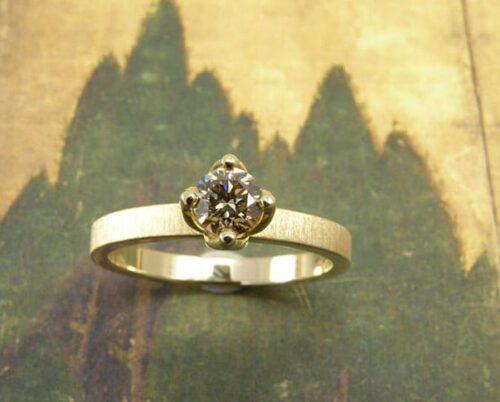 Geelgouden verlovingsring met bruine diamant. Yellow golden engagement ring with brown diamond. Uit het Oogst atelier Amsterdam.