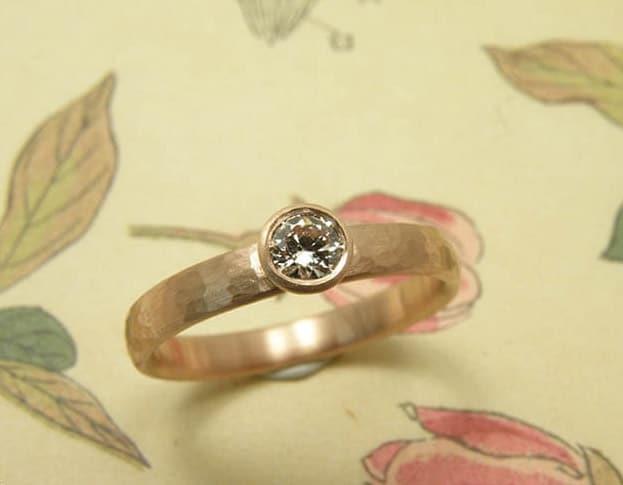 Verlovingsring 'Ritme'. Roodgouden ring met fijne hamerslag en licht roze diamant. Engagement ring 'Rhythm'. Rose golden ring with hammering and a light pink diamond. Oogst goudsmeden Amsterdam.
