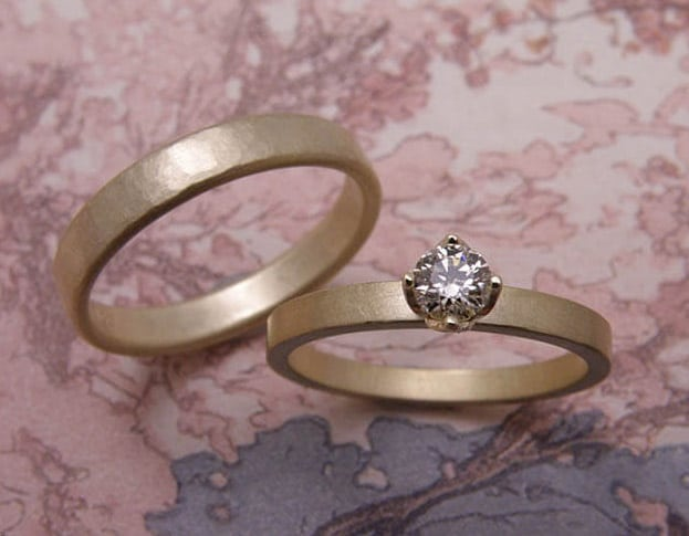 Trouwringen 'Eenvoud' & 'Ritme'. Geelgouden ring met diamant en geelgouden ring kussen hamerslag. Wedding rings 'Simplicity' & 'Rhythm'. Yellow golden ring with diamonds and yellow golden ring with hammering. Oogst goudsmeden Amsterdam.