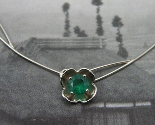 Witgouden collier Lotus met smaragd. White gold Lotus necklace with an emerald. Oogst goudsmid Amsterdam