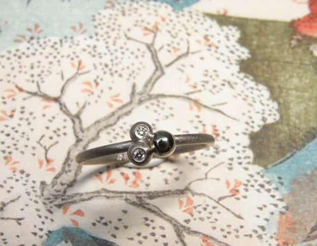 Witgouden ring Bessen met diamant. White gold ring Berries with diamond. Uit het Oogst goudsmid atelier. Made in the Oogst goldsmith studio.