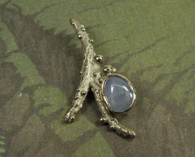 Witgouden hanger Boomgaard, takje met besjes en stersaffier. White gold pendant Orchard, twig with berries and star sapphire. Oogst ontwerp & creatie Amsterdam