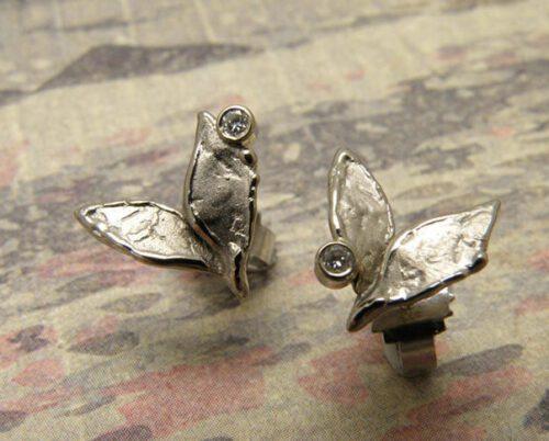 Oorsieraden Witgouden blaadjes met diamant.. White gold Leafs earrings with diamonds. Oogst goudsmid Amsterdam