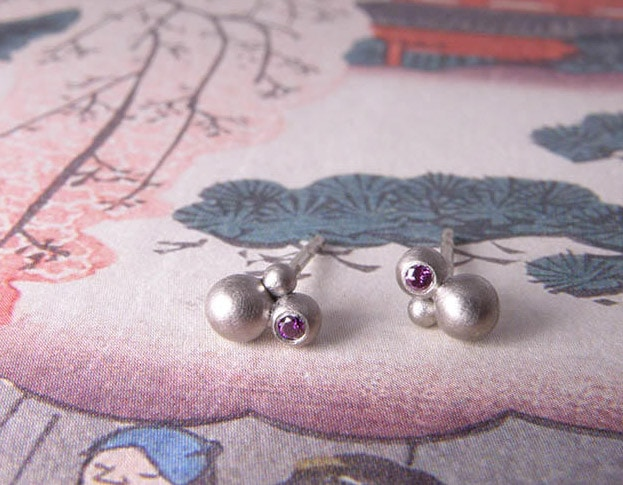 Witgouden oorbellen met paarse diamant. White gold earstuds with purple diamonds. Uit het Oogst goudsmid atelier. Made in the Oogst goldsmith studio.