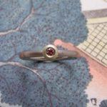 Ring 'Boleet'. Witgouden ring met roze diamantin een geelgouden boleet zetting. Ring 'Boletus'. White golden ring with pink diamond. Uit het Oogst atelier Amsterdam.