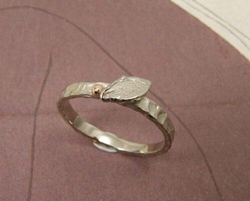 Witgouden ring met blaadje. Baargoud. Geboortesieraad. White gold ring with leaf. Push present. Birth present. Oogst goudsmid Amsterdam.