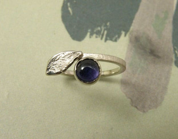 Verlovingsring 'Blaadje'. Witgouden ring met blaadje en ioliet. Engagement ring 'Leaf'. White golden ring with leaf and iolite. Uit het Oogst atelier Amsterdam.