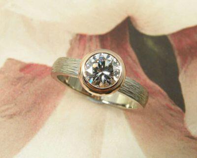 Ring 'Boleet' witgouden ring met hamerslag en diamant uit een erfstuk. Ring 'Boletus' white golden ring with hammering and heirloom diamond. Uit het Oogst atelier Amsterdam.