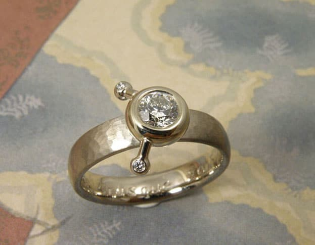 Witgouden ring met 0,50 ct diamant en hamerslag. White gold ring with 0,50 ct diamond and hammering. Oogst Amsterdam