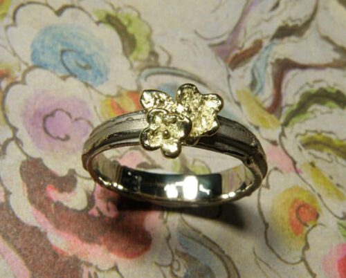 Witgouden ring met geelgouden vergeet-me-nietje. White golden ring with forget-me-not. Oogst Amsterdam.