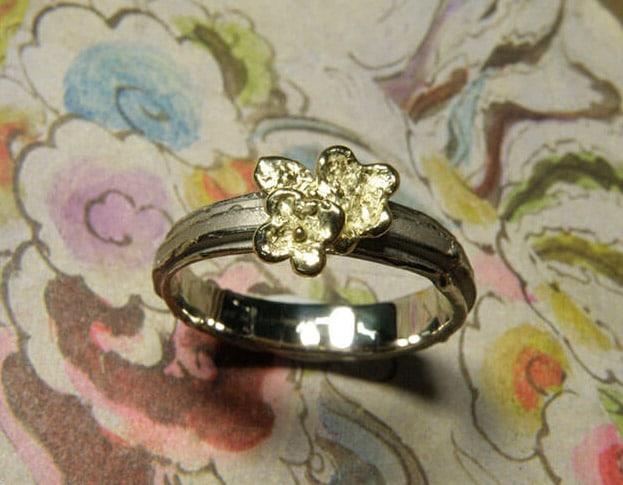 Witgouden ring met geelgouden vergeet-me-nietje. White golden ring with forget-me-not. Oogst Amsterdam.