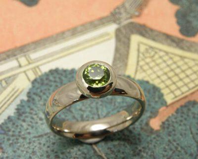 Witgouden ring met peridoot. Geboortesieraad. Baargoud. White gold ring with peridot. Birth gift. Push present. Oogst Amsterdam