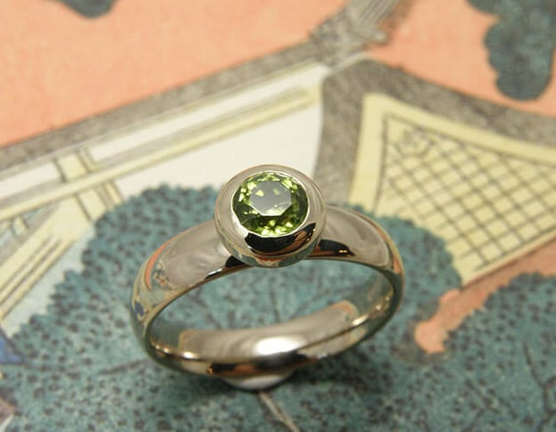 Witgouden ring met peridoot. Geboortesieraad. Baargoud. White gold ring with peridot. Birth gift. Push present. Oogst Amsterdam
