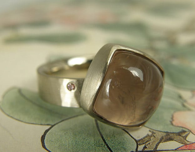 Witgouden ring met rozenkwarts en roze diamant. White golden ring with rose quartz and pink diamond. Oogst goudsmeden Amsterdam.