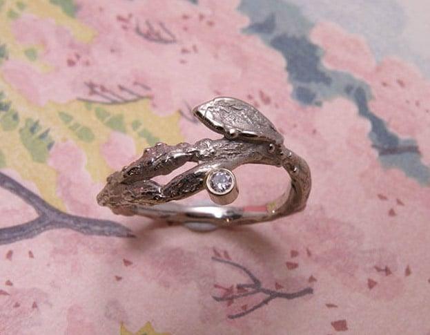 Witgouden takje met blaadje en een 0,05 crt briljant geslepen diamant. White gold twig ring with diamond. Oogst edelsmid Amsterdam