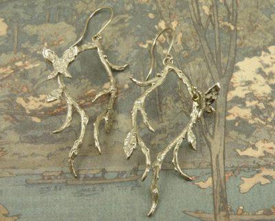 Witgouden takjes oorsieraden met vlinders. Baargoud. Geboortesieraad. White gold twigs earrings with butterflies. Birth gift. Push present. Oogst ontwerp & creatie