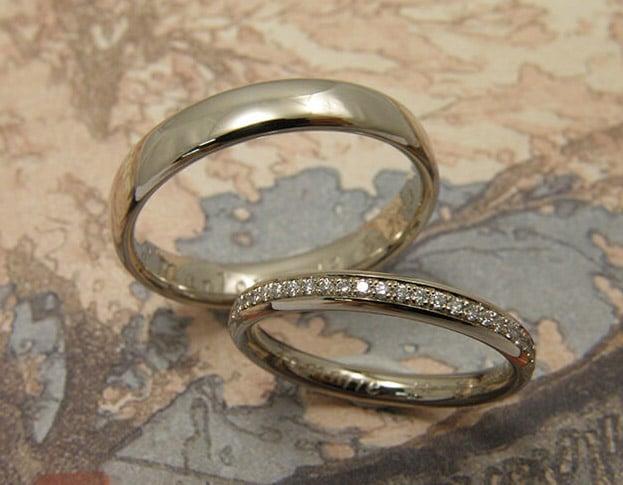 Trouwringen 'Eenvoud'. Witgouden ring met diamanten rondom. Witgouden bolle ring. Modern klassieke trouwringen. Uit het Oogst goudsmid atelier Amsterdam.