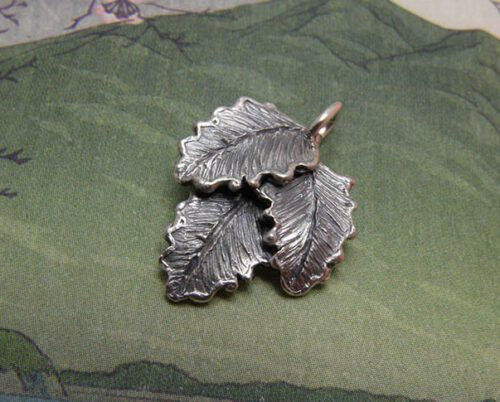 Zilveren blaadjes hanger. Silver leafs pendant. Uit het Oogst goudsmid atelier. Made in the Oogst goldsmith studio.