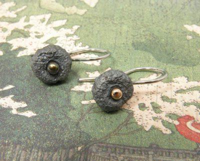 Zilveren eikendopjes oorbellen met pareltje. Silver acorn earrings wih a dark pearl. Oogst goudsmid Amsterdam.