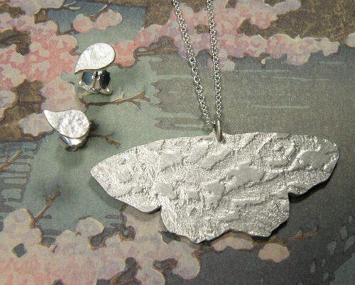 Zilveren hanger Vlinder met Blaadjes oorbellen. Uit het Oogst goudsmid atelier. Made in the Oogst goldsmith studio.